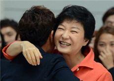 런던올림픽 선수단과 포옹하는 박근혜 후보