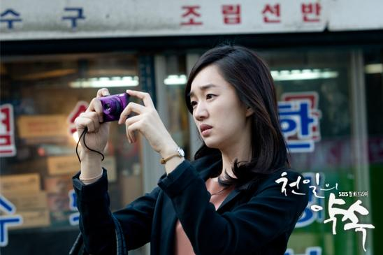 "Soo-ae plays Lee Seo-yeon, who takes photos to help her remember her life due to Alzheimer's disease in ""A Thousand Days of Promise"" aired between October and December in 2011 on SBS. [SBS]"