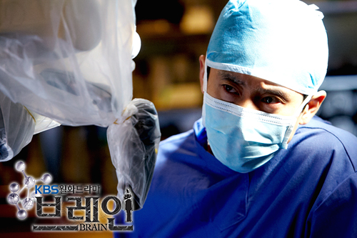 "Actor Shin Ha-kyun playing a neurosurgeon in KBS ""Brain"" aired between November, 2011 and January, 2012. [KBS]"