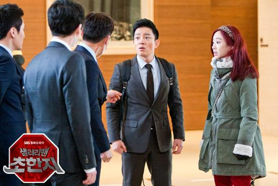 "Actor Lee Beom-soo (left) and Jung Ryeo-won in the still-shot of SBS ""Salaryman, Cho Han Ji"" aired between January and March in 2012. [SBS]"