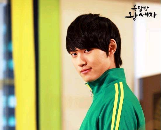 """Actor Lee Min-ho poses on the set of SBS' series """"Rooftop Prince,"""" aired between March 21 and May 24, 2012. [SBS]"""