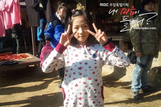 """Actress Kim Sae-ron poses in front of the camera on the set of MBC's series """"Listen To My Heart,"""" aired between April 2 and July 10, 2011. [MBC]"""