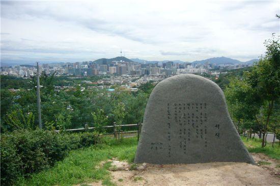 시인의 언덕에 오르면 윤동주의 대표작 '서시' 시비와 함께 서울 시내가 한눈에 내려다보인다.