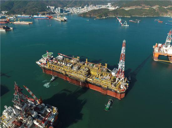 ▲대우조선해양이 건조해 지난해 프랑스 토탈에 인도한 세계 최대 규모 부유식 원유생산·저장·하역 설비(FPSO)인 파즈플로.