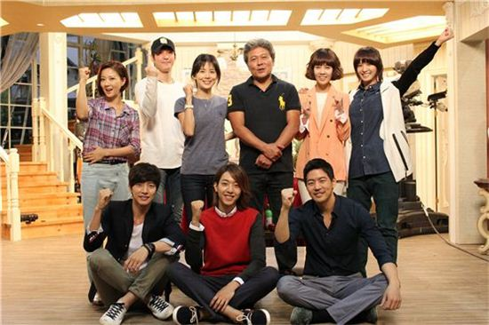 """My Daughter Seo-young"" [translated title] main cast members Lee Bo-young (top third to left), Chun Ho-jin (top third to left), Park Jung-ah (top right), Park Hae-jin (bottom left), Lee Jung-shin (bottom center) and Lee Sang-yoon (bottom right) pose together during the good luck ceremony for the drama on the set in Yeoido, Seoul on September 6, 2012. [Bliss Media]"