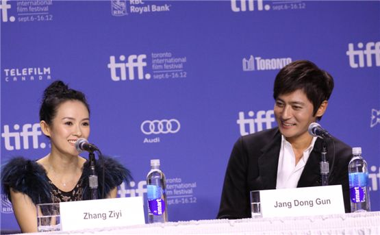 "Chinese actress Zhang Ziyi (left) and Jang Dong-gun (right) talk to reporters during a press conference for ""Dangerous Liaisons"" held at the TIFF Bell Lightbox of the 37th Toronto International Film Festival in Toronto, Canada on September 10, 2012. [Cine De Epi]"