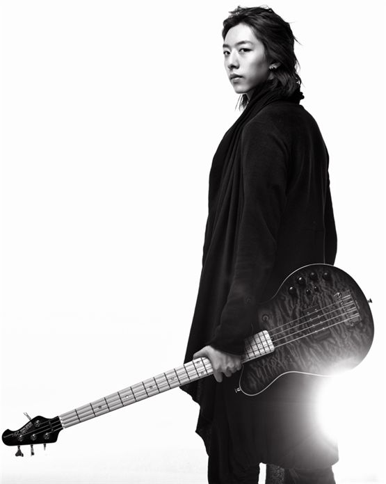 CNBLUE member Lee Jung-shin holds a guitar in his hand for the musician's profile picture posted on the band's official website. [FNC Entertainment]
