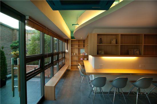 서대문구에 위치한 셰어하우스 '마이바움 연희'의 공용공간 까페의 모습
