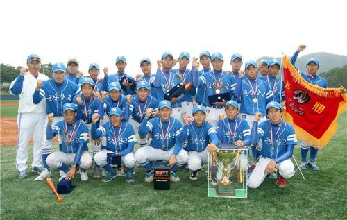 '제1회 KIA타이거즈기 호남지역 고등학교 야구대회'에서 우승한 군산상고 선수들이 환호하고 있다. (사진제공=KIA 타이거즈)