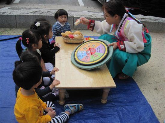 동대문구 답십리1동 소재 마을마당에서는 동대문구보육정보센터와 영유아플라자가 주관하는 전통문화 체험 '한가위 가족 어울림'행사를 풍성하게 진행했다.