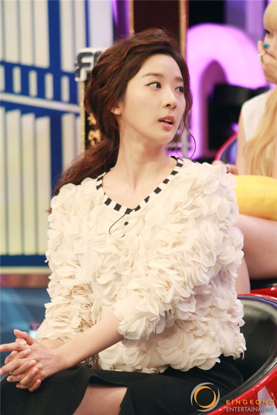 """Actress Lee Chung-ah poses on the set of SBS' variety show """"Strong Heart"""" in the behind-the-scene photo posted on her official website on August 14, 2012. [King Kong Entertainment]"""