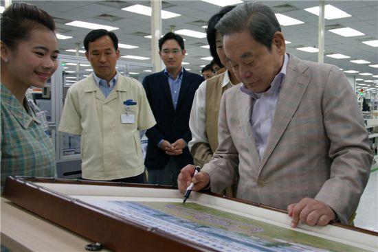 지난 13일 오전 베트남 하노이시 북동쪽 박닌성 옌퐁공단에 위치한 삼성전자 SEV 법인을 방문한 이건희 회장이 베트남 사업장 현황판에 방문 기념 사인을 하고 있다.