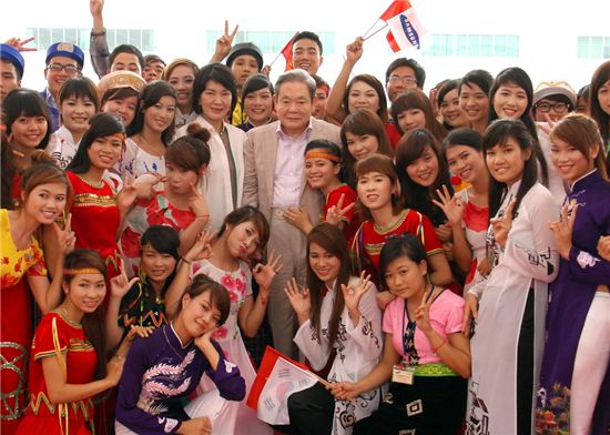 지난 13일 오전 베트남 하노이시 북동쪽 박닌성 옌퐁공단에 위치한 삼성전자 SEV 법인을 방문한 이건희 회장이 현지 임직원 동호회의 민속 공연을 관람한 후 함께 기념 촬영하고 있다.