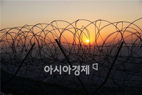 북한군 1명이 중동부전선 군사분계선(MDL)에 인접한 경계초소(GP)를 통해 귀순했다