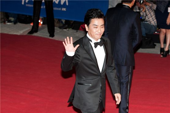Actor Ryoo Seung-ryong waves his hand on the red carpet at the 17th Busan International Film Festival's red carpet at the Busan Cinema Center in Busan, South Korea, on October 4, 2012. [Lee Jin-hyuk/10Asia]