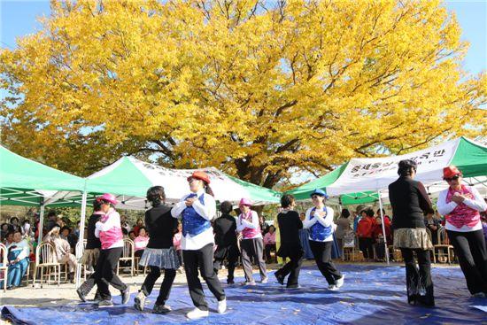세동진료소 건강교실발표회에서 1년간 배운 댄스실력을 선보이고 있는 할머니들.
