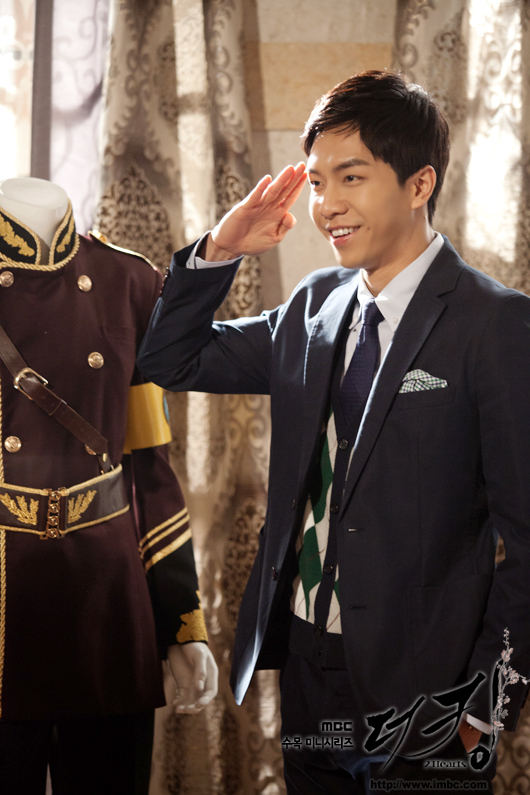 "Actor and singer Lee Seung-gi salutes in a still-shot from MBC ""The King 2Hearts,"" aired between March 21 and May 24, 2012. [MBC]"