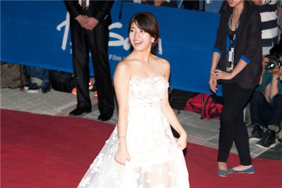miss A member Suzy walks down the red carpet during the 17th Busan International Film Festival opening ceremony at the Busan Cinema Center in Busan, South Korea, on October 4, 2012. [Lee Jin-hyuk/10Asia]