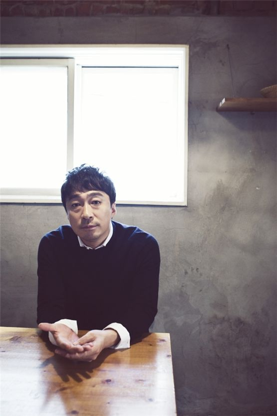Actor Lee Sung-min poses during the interview with 10Asia. [Chae Ki-won/10Asia]