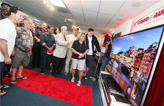 LG전자가 세계 최대 84형 울트라 HD TV를 미국시장에 출시하며 글로벌 시장 공략을 본격화한다. LA 소재 고급 가전매장 '비디오&오디오센터'에서 고객 및 업계 관계자들이 LG전자의 84형 울트라 HD TV를 감상하고 있다.