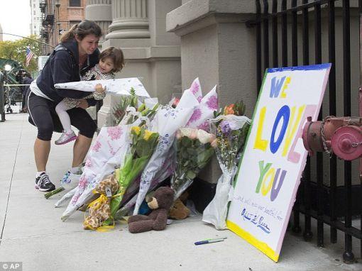 ▲ 사건이 발생한 맨해튼 센트럴파크 인근의 한 아파트 앞에 시민들의 추모 꽃다발이 놓여 있다.