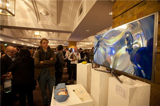 지난 25일 영국 런던에서 열린 '와이어드2012' 컨퍼런스 행사장에서 한 관람객이 삼성 스마트TV를 살펴보고 있다.