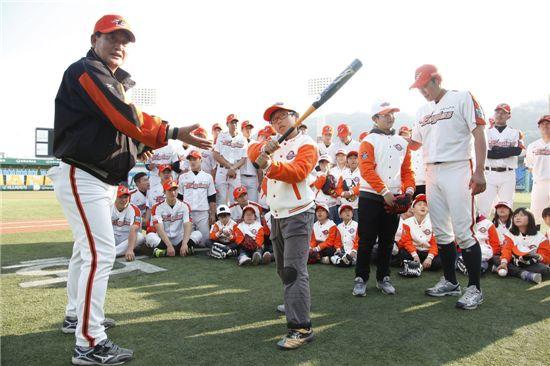 지난 26일 한화이글스 대전 한밭구장에서 한화이글스 前 2군 정영기 감독(왼쪽에서 첫번째)이 중앙지역아동센타 아동에게 타격 자세를 지도하고 있는 모습.