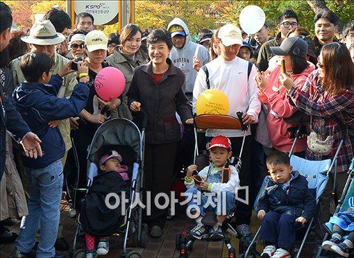 [포토]유모차 걷기 대회 참석한 박근혜 후보