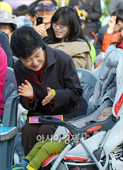 [포토]아이앞에서 박수치는 박근혜