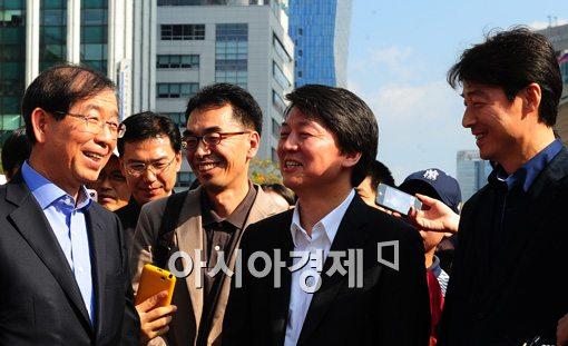 [포토]서울광장에서 만난 박원순과 안철수