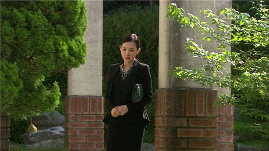 사모님룩의 화룡점정 '클러치'