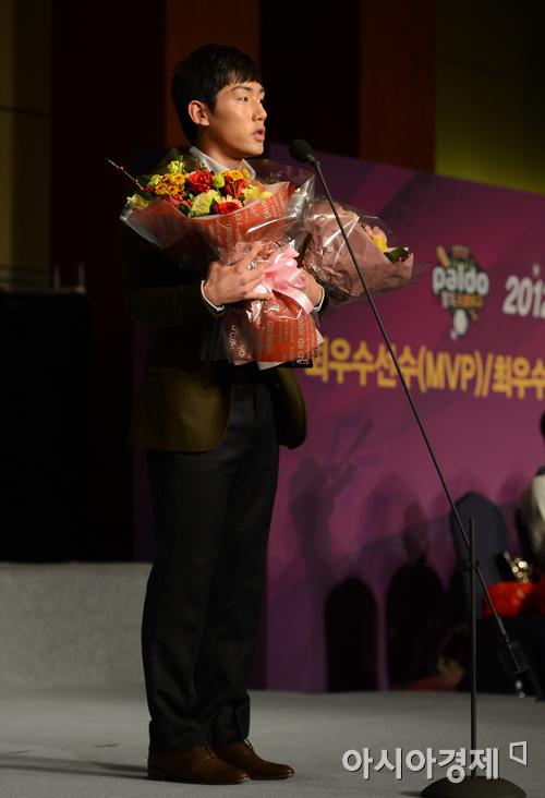 서건창, 17년 만에 신고 신화 창조…2012 신인왕 등극
