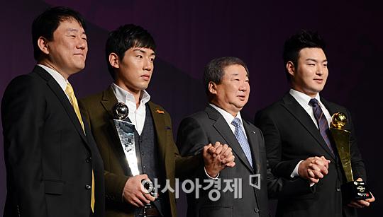 왼쪽부터 이장석 넥센 히어로즈 대표, 서건창, 구본능 한국야구위원회 총재, 박병호[사진=정재훈 기자]