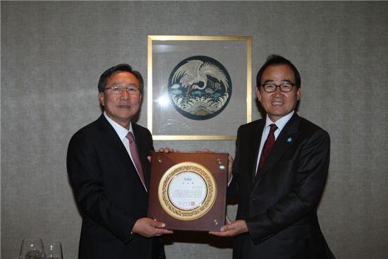 김기문 중소기업중앙회장(왼쪽)이 윤은기 중앙공무원교육원장에게 감사패를 전달하고 있다.