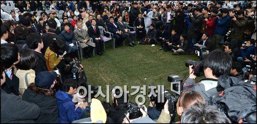 [포토]대선후보들 주변을 둘러싼 취재진들
