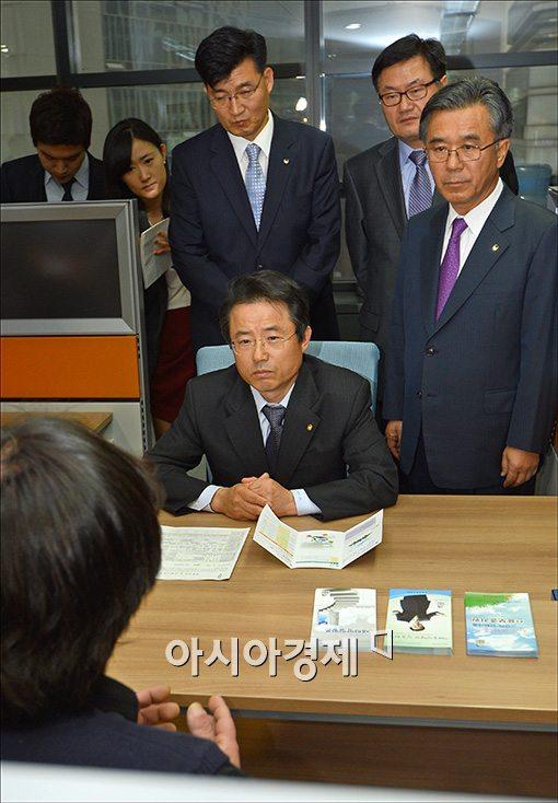 [포토]신용회복위원회 찾은 권혁세 금감원장