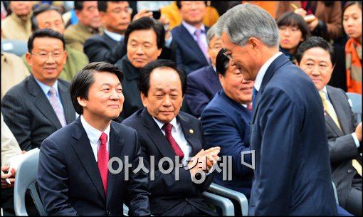 [포토]문재인 후보 본 안철수, 미소는 무슨 뜻(?)