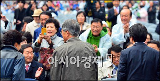 [포토]시민들에게 인사하는 세명의 후보, 박근혜-문재인-안철수