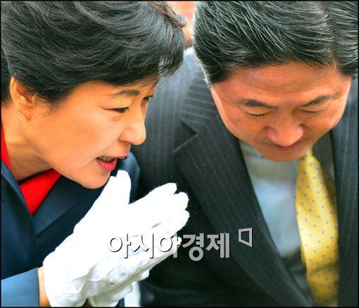 [포토]유기준 최고위원에 귓속말하는 박근혜 후보