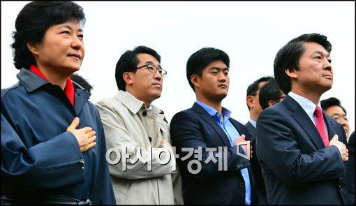 [포토]국민의례하는 박근혜-안철수 후보