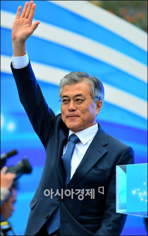 [포토]인사하는 문재인 민주통합당 후보