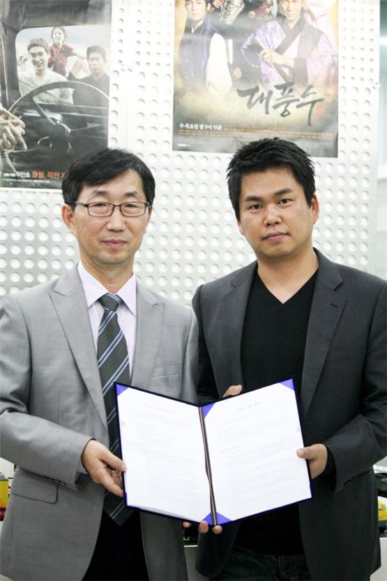 KMH's president Han Chan-joo (left) and Fantagio's C.E.O Nah Byung-joon (right) show the letter of coordingation of business in the picture released by Fantagio on November 12, 2012. [Fantagio]