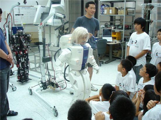 카이스트가 개발한 휴머노이드로봇 '휴보'를 만나고 있는 아이들.
