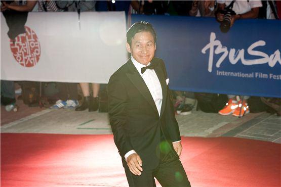 Actor Ahn Seong-gi struts the 17th Busan International Film Festival's red carpet at the Busan Cinema Center in Busan, South Korea, on October 4, 2012. [Lee Jin-hyuk/10Asia]