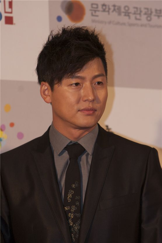 Actor Lee Jung-jin poses as he arrives at the 2012 Popular Culture & Art Awards in Seoul, South Korea, on November 19, 2012. [Brandon Chae/10Asia]