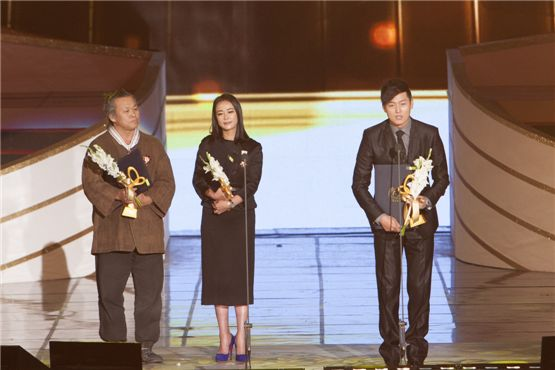 Director Kim Ki-duk (left), actress Cho Min-soo (center) and actor Lee Jung-jin (right) each receive the cultural merit honor from Korea Government at the 2012 Popular Culture & Art Awards in Seoul, South Korea, on November 19, 2012. [Brandon Chae/10Asia]