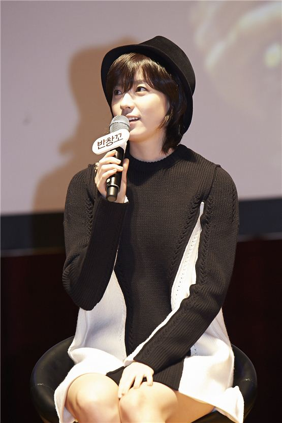 "Han Hyo-joo discloses her thoughts during the talk concert of her forthcoming romance film ""Love 911"" held at Konkuk University's New Millenium Hall in Seoul, Korea on November 20, 2012. [1st Look]"