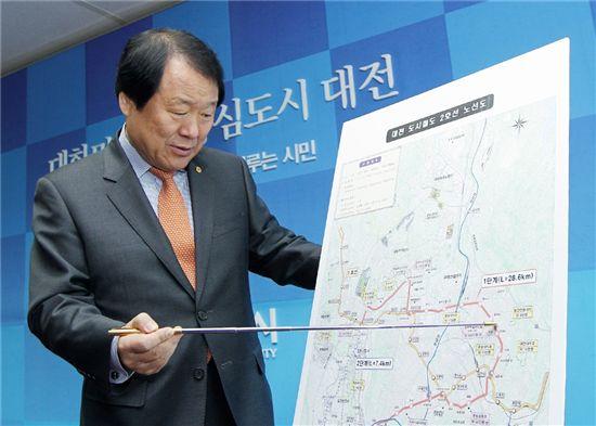 염홍철 대전시장이 21일 긴급브리핑 때 대전도시철도 2호선의 예비타당성조사 통과내용을 설명하고 있다.