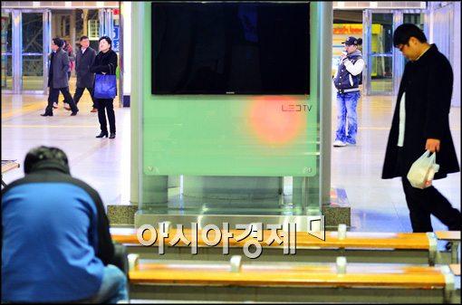 [포토]안철수-문재인 후보 TV토론회, 관심없는 시민들