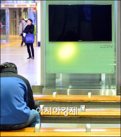 [포토]꺼져있는 서울역 대합실 TV
